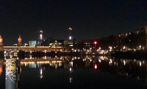 Blick über die Spree, Berlin, gegenüber der Mercedes-Benz-Arena, NAchtaufnahme