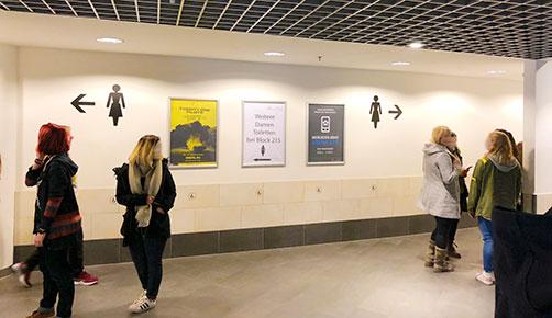 lustige Hinweise in der Mercedes-Benz-Arena Berlin, für einen Mann werden lediglich Hinweise für Damen gezeigt ;-)