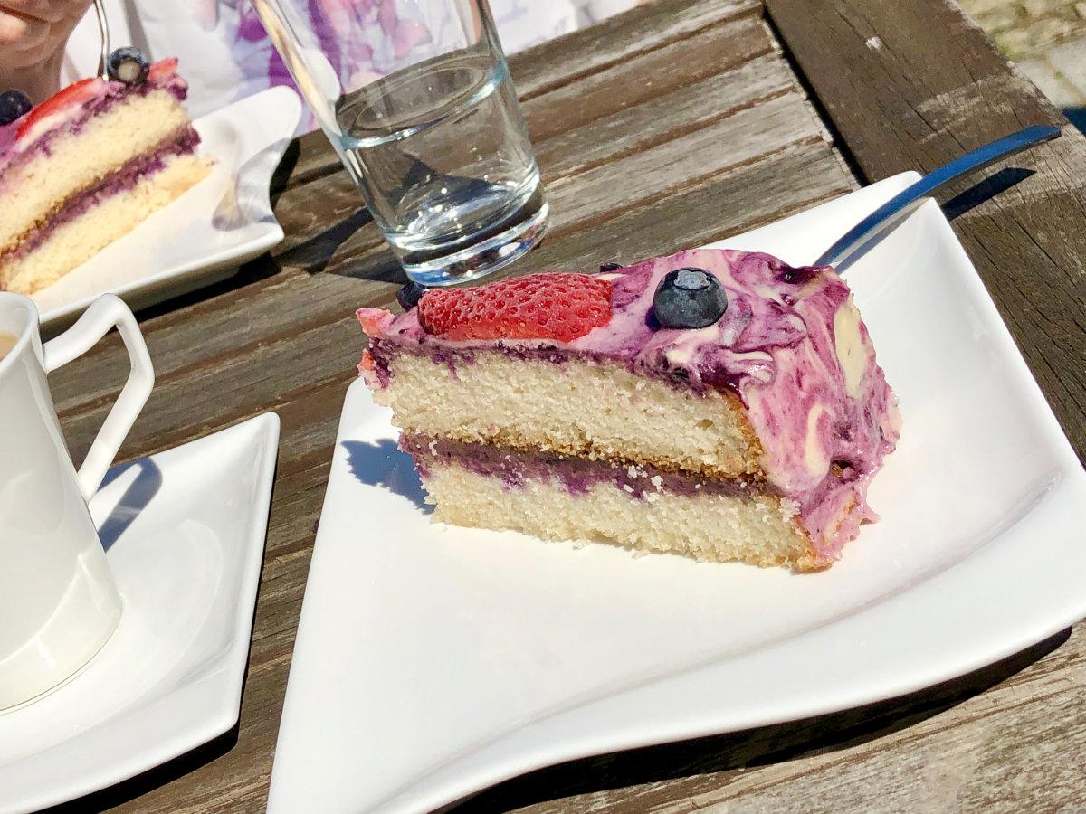 Torte, Kuchen, in verschiedenen Layern, Ebenen, EisTorte, Schichten, mit Früchten, gefroren, richtig zur Sommerzeit, eisgekühlt