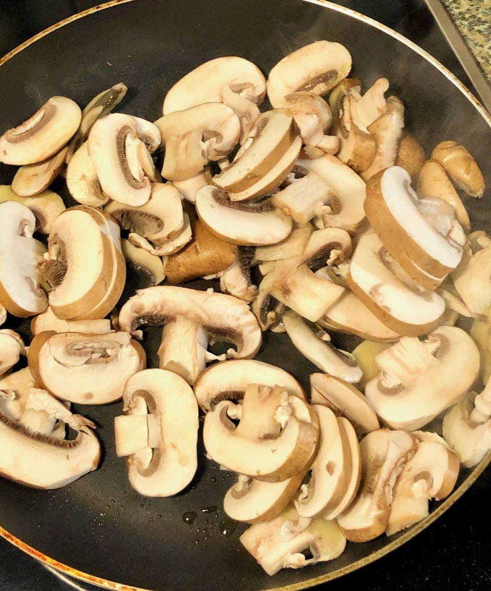 leckere Pilzpfanne, Champignons anschmoren