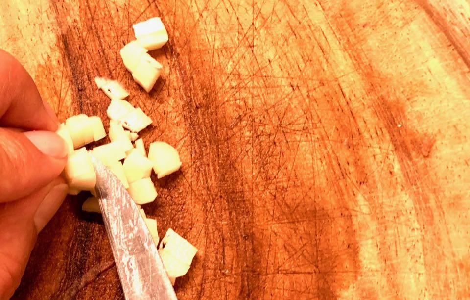 Knoblauchzehe würfeln und hinzugeben, Pilz-Gemüse-Pfanne, Zubereitung