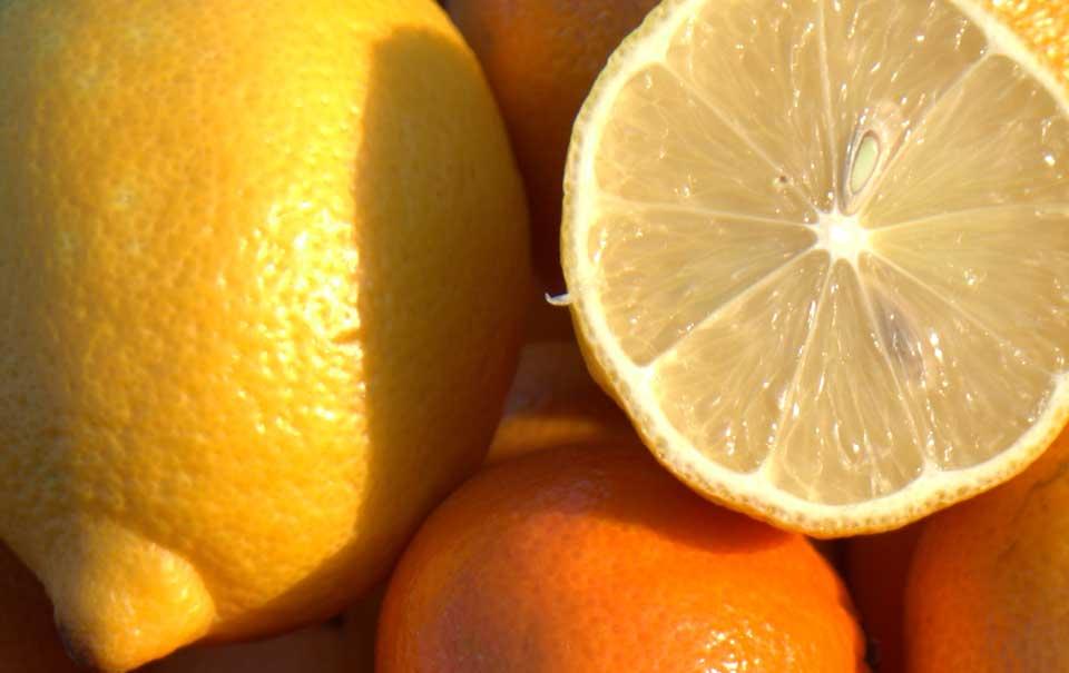 Zitronen, eine halbiert, eine ganze