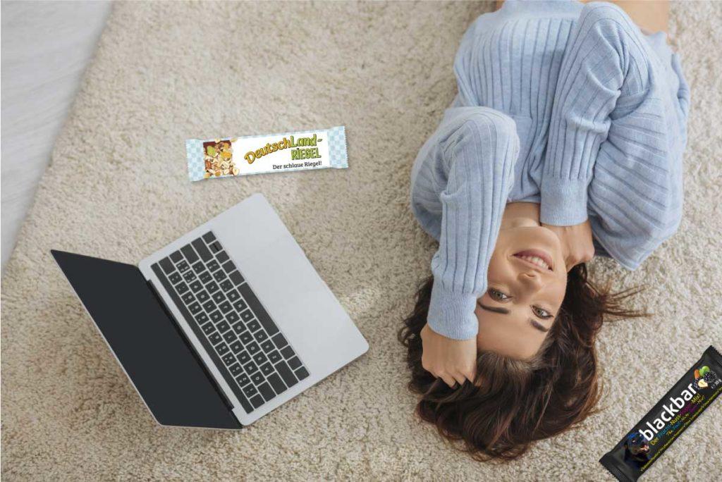 Chillen, sich Zeit nehmen, zur Nahrungsaufnahme, Frau ruht sich aus in der Mittagspause