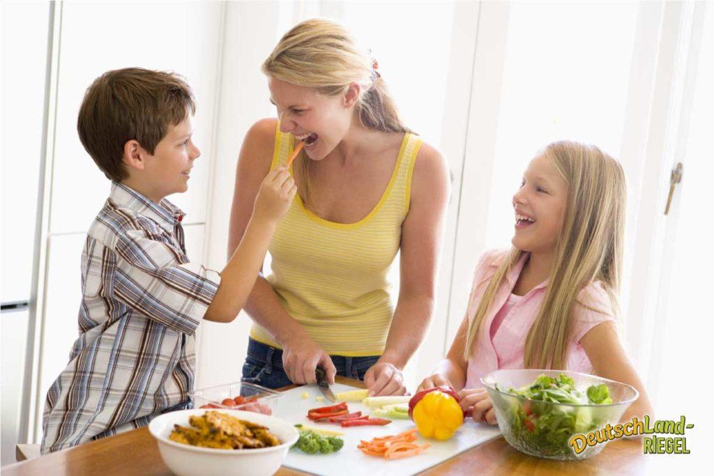 Kochen in der Familie, die Zubereitung von Speisen, Mutti mit ihren Kindern