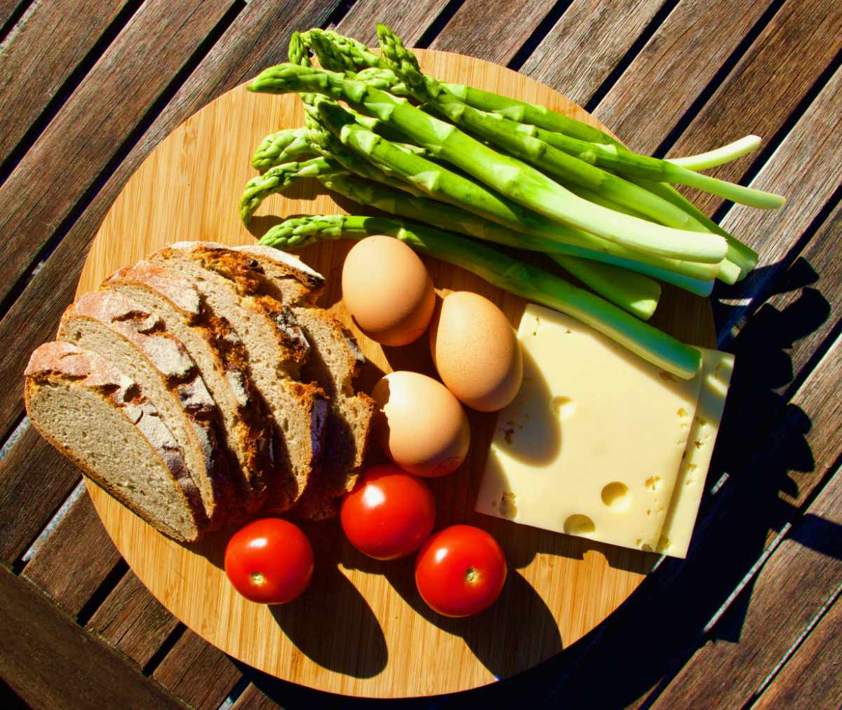 Zutaten, Rezept, schnelles Spargelgericht, grüner Spargel, Brot, Eier, Tomaten, Käse, gute Laune