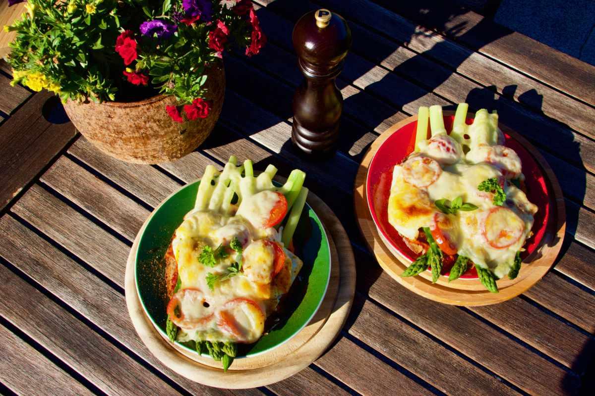 leckeres Spargelgericht, Spargelessen, überbacken, mit Pesto, Tomaten, frischen Kräutern
