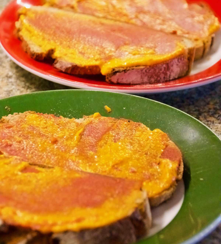 Brotscheiben, Pesto, Tomatenmark