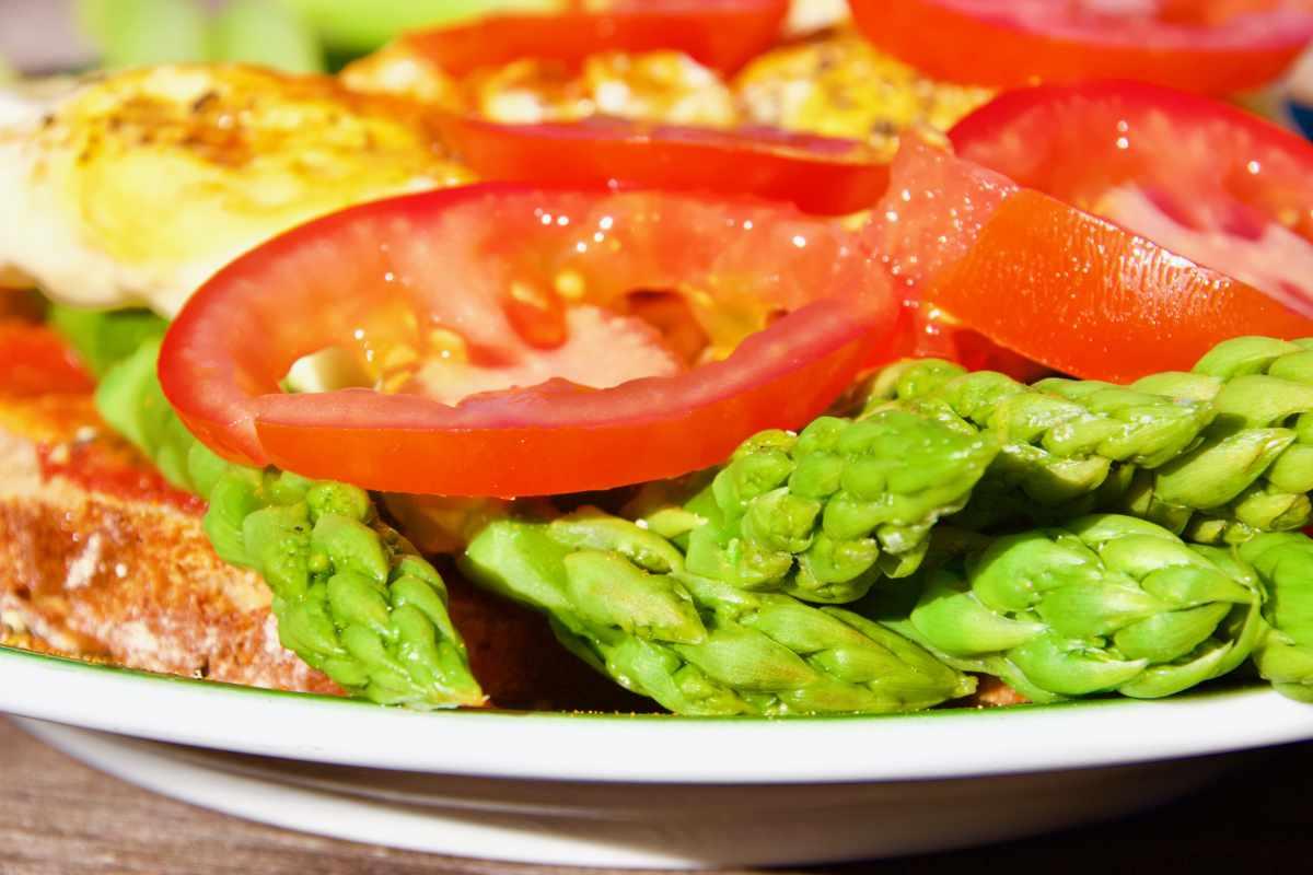 Tomatenscheiben verteilen